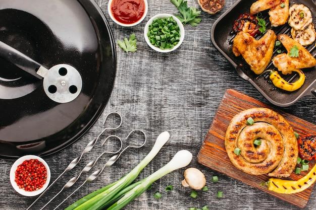 Barbecue Urządzenie I Piec Na Grillu Mięso Na Drewnianym Tle Darmowe Zdjęcia