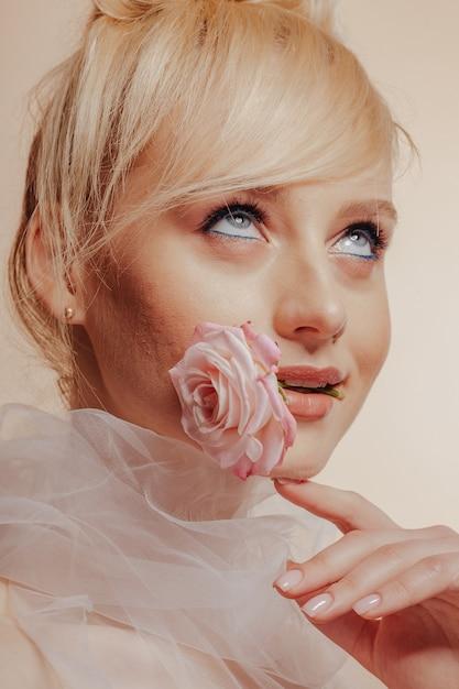 Bardzo Atrakcyjna Dziewczyna Z Blond Włosami, Strzelanie Do Mody, Róża, Proste Tło Darmowe Zdjęcia