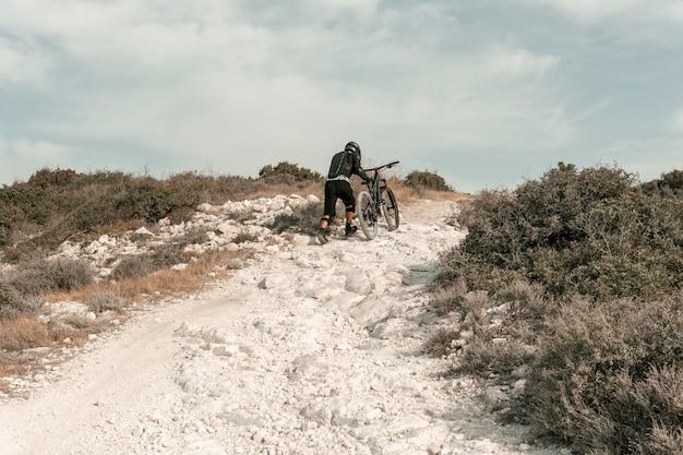 Bardzo Długi Strzał Mężczyzna Jedzie Na Rowerze Górskim Darmowe Zdjęcia