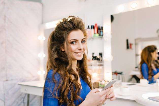 Bardzo ładny Młoda Kobieta Z Długimi Włosami Brunetka Uśmiecha Się Do Kamery W Salonie Fryzjerskim Darmowe Zdjęcia