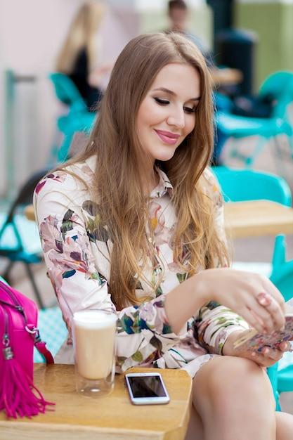 Bardzo Młody Hipster Stylowa Kobieta Siedzi W Kawiarni Darmowe Zdjęcia