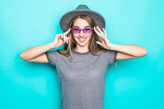 Bardzo Młody Model Moda T-shirt, Kapelusz I Niebieskie Okulary Na Białym Tle Na Zielonym Tle Darmowe Zdjęcia