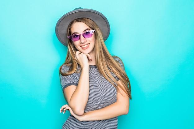 Bardzo Młody Model Moda T-shirt, Kapelusz I śmieszne Okulary Na Białym Tle Na Zielonym Tle Darmowe Zdjęcia