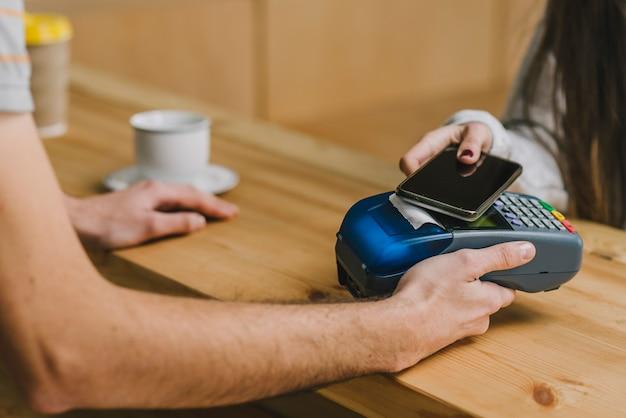 Barista Akceptuje Płatności Za Pomocą Smartfona Darmowe Zdjęcia