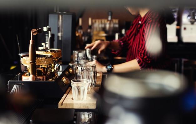 Barista kawiarnia robi kawowemu przygotowania usługa pojęciu. ludzie z barista w kawiarni. Premium Zdjęcia
