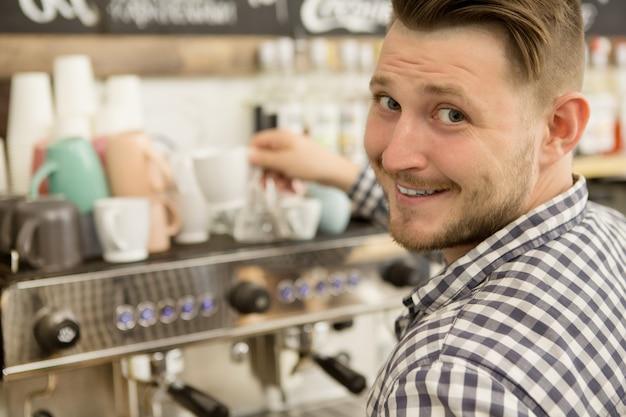 Barista pracuje w swojej kawiarni Premium Zdjęcia