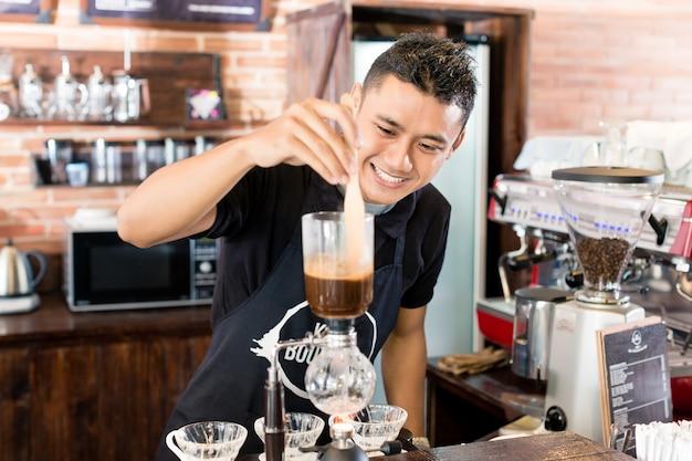 Barista Przygotowywa Kapinos Kawę W Azjatyckim Sklep Z Kawą Premium Zdjęcia