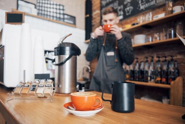 Barista Przygotuj Kawę Koncepcja Zlecenia Roboczego. Przerwa Na Kawę W Miejscu Pracy. Premium Zdjęcia