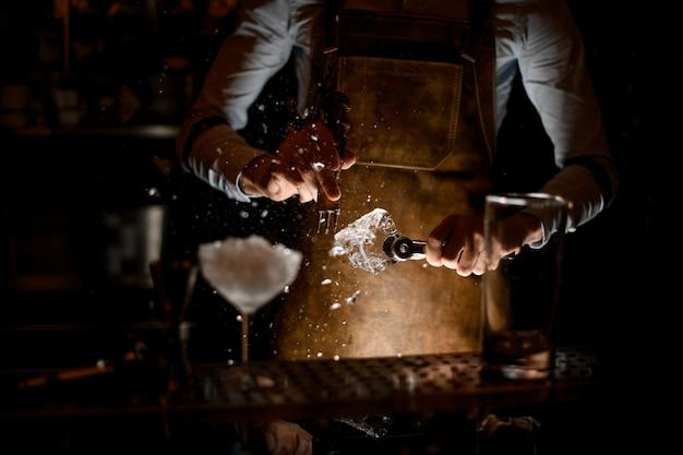 Barman Miażdżący Kostkę Lodu Zbieraczem Premium Zdjęcia