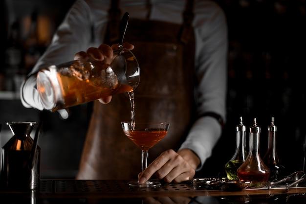 Barman Nalewa Koktajl Alkoholowy Z Sitka Premium Zdjęcia