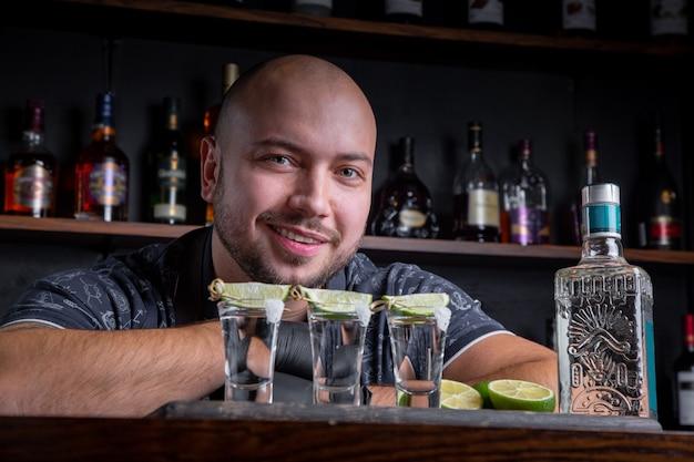Barman Nalewa Twardego Ducha Do Małych Szklanek Premium Zdjęcia