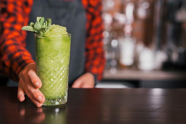 Barman Przygotowuje Orzeźwiający Koktajl Darmowe Zdjęcia