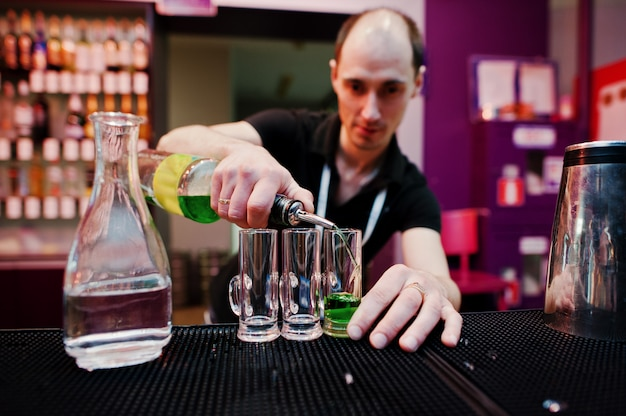 Barman Przygotowuje Zielony Meksykański Koktajl W Barze Premium Zdjęcia