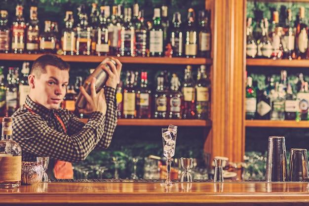 Barman Robi Alkoholowy Koktajl W Barze Przy Barze Darmowe Zdjęcia