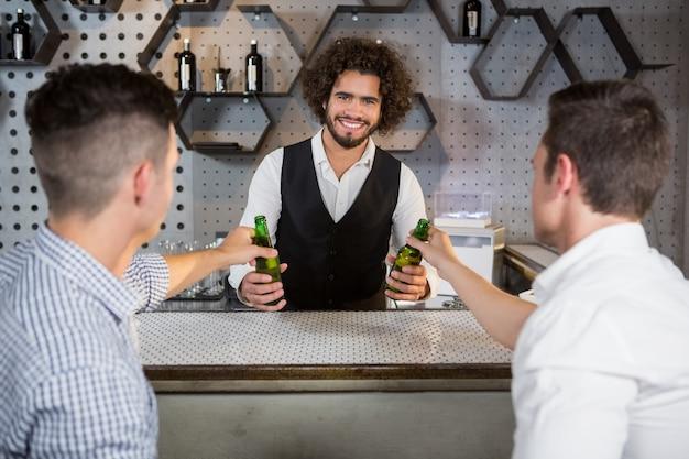 Barman Serwujący Klientom Szklankę Piwa Premium Zdjęcia