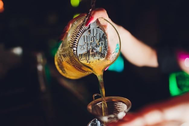 Barmanka Dziewczyna Z Niebieskimi Włosami. Robienie Koktajli W Nocnym Barze. Premium Zdjęcia
