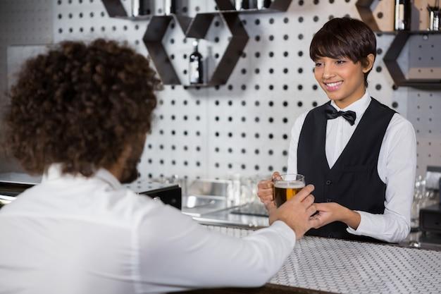 Barmanka Podaje Człowiekowi Napój Premium Zdjęcia