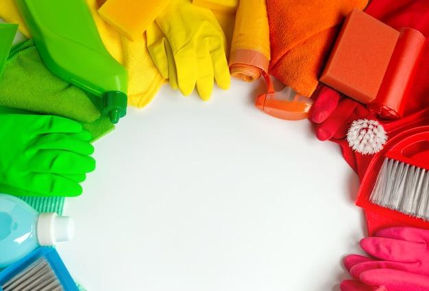 Barwiący czyści zestaw w domu na białym tle. Premium Zdjęcia