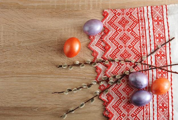 Barwione jajka na wielkanoc w kolorze czerwonym i perłowym Premium Zdjęcia