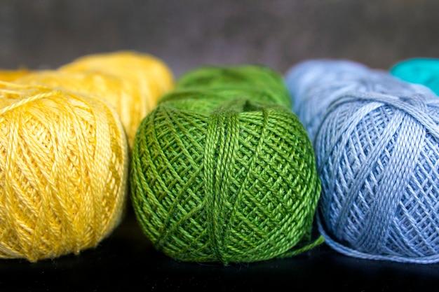 Barwione nici dla dziewiarskiego tła Premium Zdjęcia