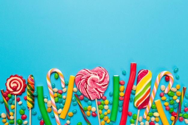 Barwioni Cukierki Na Błękitnym Tle Premium Zdjęcia