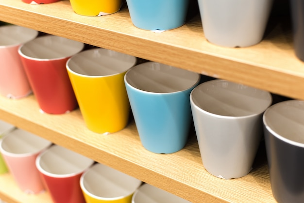 Barwioni Szkła Na Półkach W Sklepie. Wszystkie Kolory Tęczy Na Blacie Sklepu Premium Zdjęcia