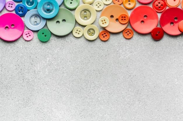 Barwiony szy guzika skład na kopii przestrzeni tle Darmowe Zdjęcia