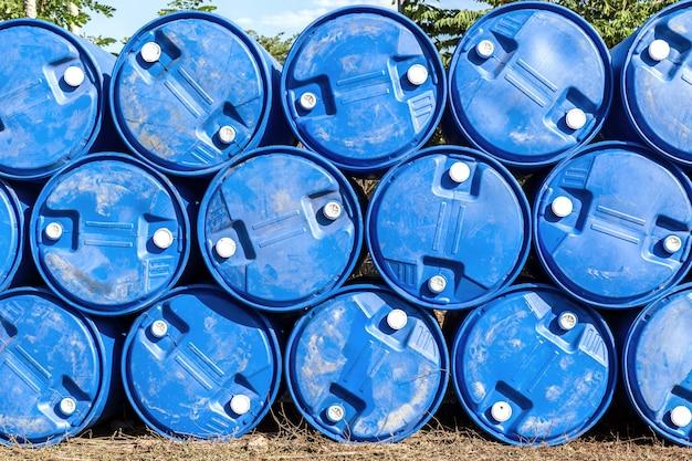Baryłki Oleju Lub Złożone Beczki Z Chemikaliami Premium Zdjęcia