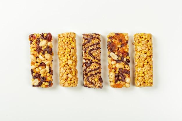 Batoniki granola na białym, Premium Zdjęcia