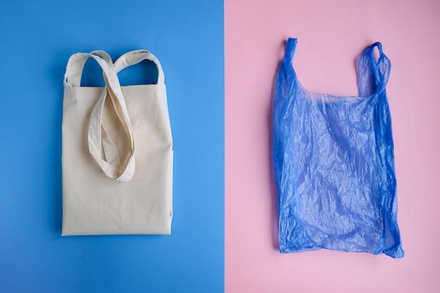Bawełniana torba i plastikowa torba w kolorze różowym i niebieskim Premium Zdjęcia