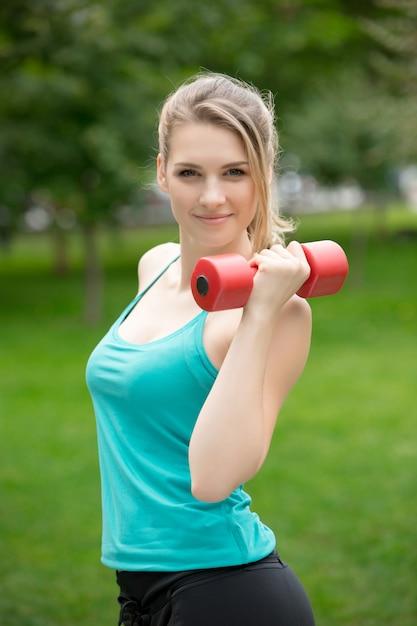 Bawi Się Dziewczyny ćwiczenie Z Dumbbells W Parku Darmowe Zdjęcia
