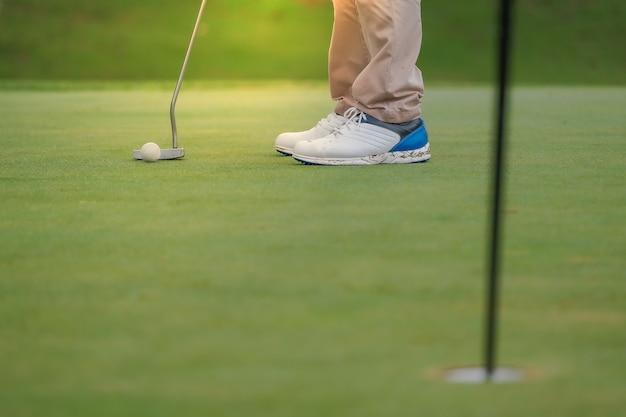 Bawić się golfa przygotowywa strzelać mężczyzna kładzenie na zieleni Premium Zdjęcia