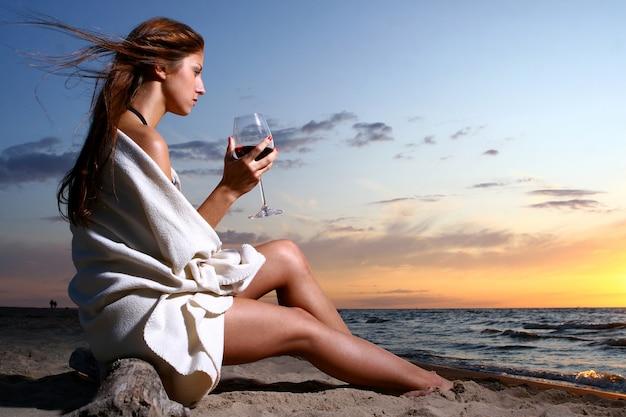 Beautyful Młoda Kobieta Pije Wino Na Plaży Darmowe Zdjęcia