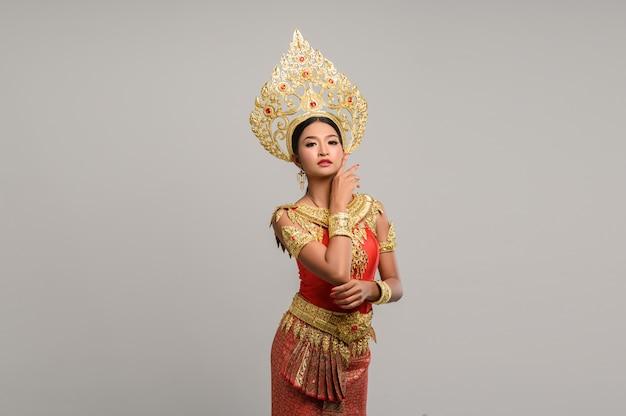 Beautyful tajlandzka kobieta jest ubranym tajlandzką suknię Darmowe Zdjęcia