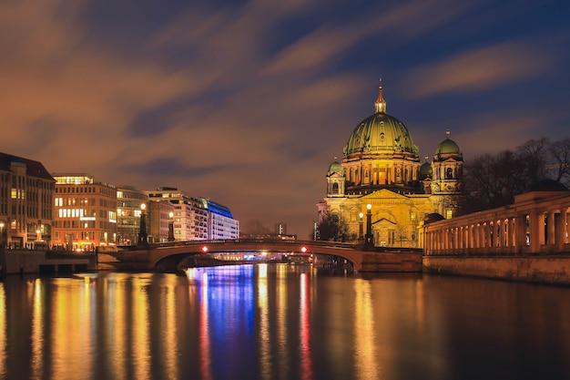 Berlińska Katedra, Berlińczyk Kopuła Przy Nocą, Berlin, Niemcy Premium Zdjęcia