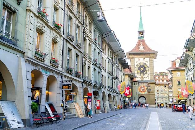 Berno, Szwajcaria - Ludzie Na Ulicy Handlowej Z Wieżą Zegara Astronomicznego Zytglogge W Bernie W Szwajcarii Premium Zdjęcia