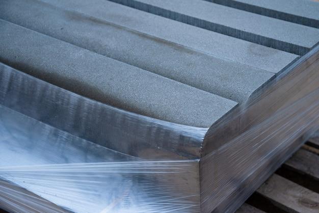 Betonowe Krawężniki, Pakiet Betonowych Krawężników Na Paletach Premium Zdjęcia