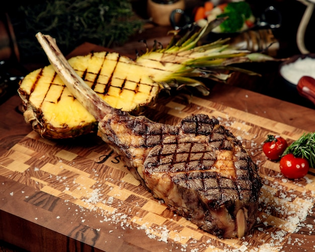Bez Kości Smażone Mięso Na Desce Darmowe Zdjęcia