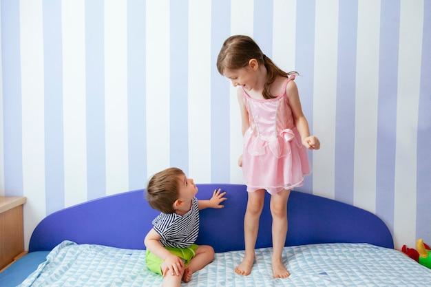 Bezczelny Brat I Siostra Bawią Się W Domu Premium Zdjęcia