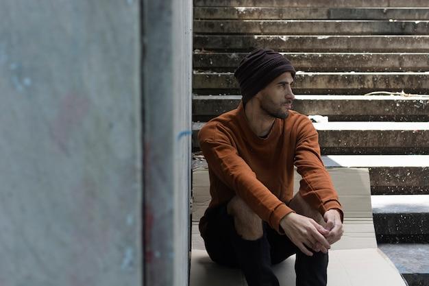 Bezdomny, Odwracając Się Na Zewnątrz Darmowe Zdjęcia