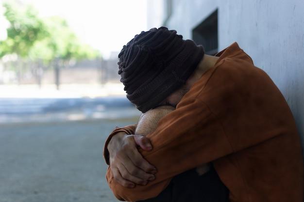 Bezdomny Siedzący Na Ulicach Darmowe Zdjęcia