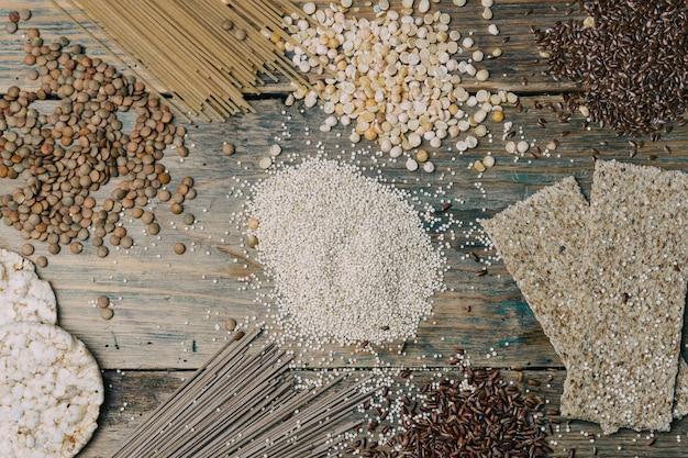 Bezglutenowe Ziarna (brązowy Ryż, Groszek, Nasiona Lnu, Soczewica, Biała Komosa Ryżowa) Na Drewnianym Tle. Premium Zdjęcia