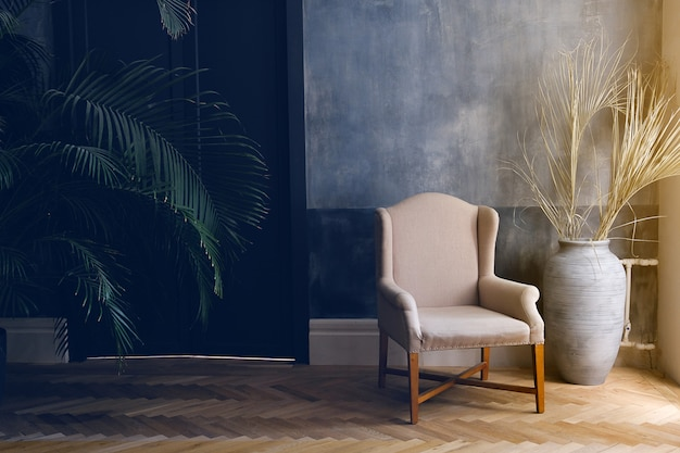 Beżowy fotel i niebieski wazon stoją przy oknie w salonie Premium Zdjęcia