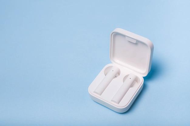Bezprzewodowe Słuchawki Białe Na Zwykłym Tle Białe Słuchawki Jednokolorowe Tło Nowoczesna Elektronika Technologia Przyszłości Bezprzewodowe Odtwarzanie Muzyki Słuchawki Bluetooth Premium Zdjęcia