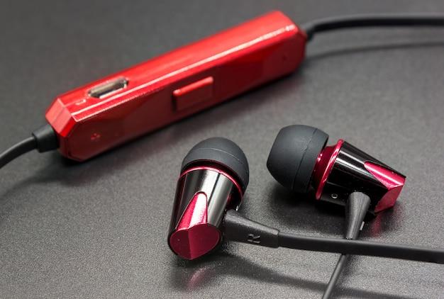 Bezprzewodowe słuchawki na czarnym tle Premium Zdjęcia