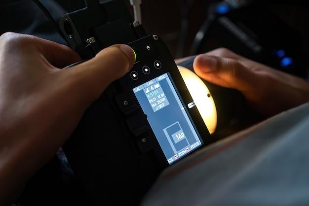 Bezprzewodowy ściągacz Ostrości W Rękach Profesjonalisty Na Planie Filmowym Darmowe Zdjęcia