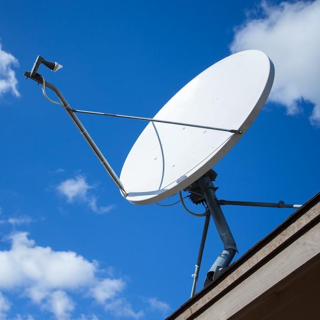 Biała Antena Satelitarna Z Niebieskim Niebem Premium Zdjęcia