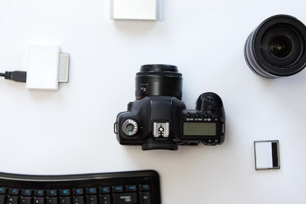 Biała biurko z profesjonalną kamerą i dodatkami Darmowe Zdjęcia