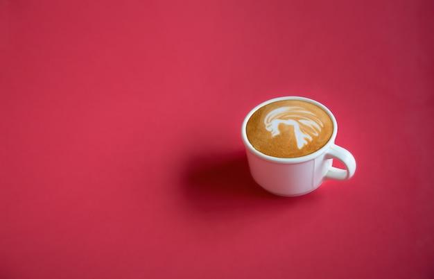 Biała Filiżanka Gorąca Kawowa Latte Sztuka Na Czerwonym Tle Z Kopii Przestrzenią. Widok Z Góry Premium Zdjęcia