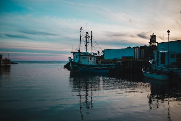 Biała I Szara łódź Rybacka Na Zbiorniku Wodnym W Ciągu Dnia Darmowe Zdjęcia